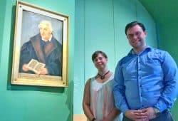 Marie Rothe und Eric Buchmann mit Bugenhagen-Porträt. Foto: Hieronymus-Lotter-Gesellschaft