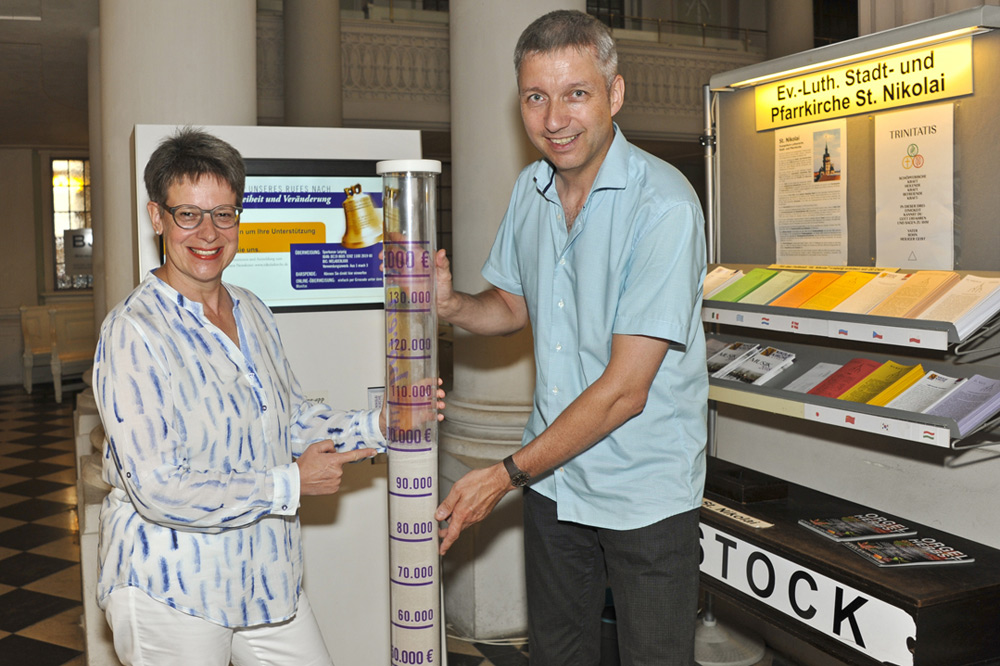 Spendensäule mit Patricia Werner und Bernhard Stief. Foto: Andreas Birkigt