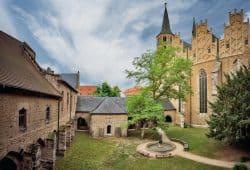 Merseburger Dom mit Kreuzhof und Thietmar-Brunnen. Foto: Vereinigte Domstifter/F. Matte