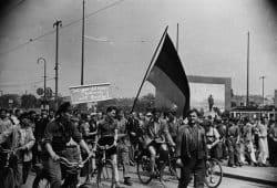 Demonstranten während des Volksaufstandes am 17.Juni 1953 auf dem Karl-Marx-Platz. Im Hintergrund ist das Stalin-Denkmal zu sehen, das zwischen 1952 und 1955 auf dem nördlichen Teil des Karl-Marx-Platzes stand. Foto: SGM/Helga Müller