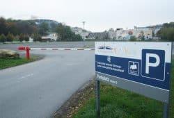 Der Parkplatz auf der Fläche des ehemaligen Schwimmstadions. Foto: Ralf Julke