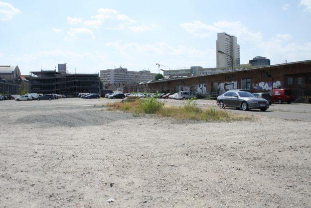 Viel Platz zu Bauen: die bislang zum Parken genutzte Fläche hinterm Parkhaus. Foto: Ralf Julke