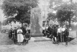 Errichtung des Denkmals für die verstorbenen Kriegsgefangenen auf dem Merseburger Stadtfriedhof, Sommer 1916, Foto von Maximilian Herrfurth. Foto: Kulturhistorisches Museum Schloss Merseburg