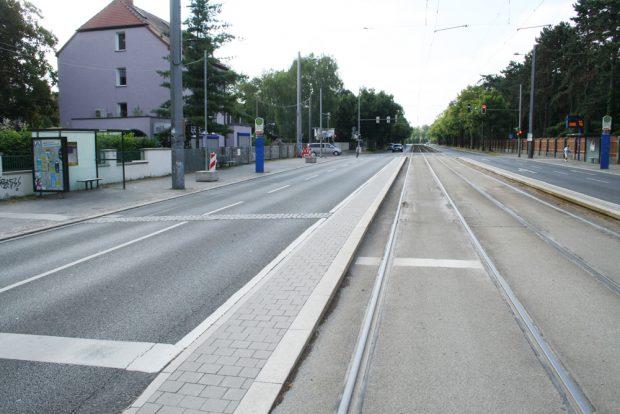 Zumöblierte Fuß-/Radwege am Eingang zum Südfriedhof. Foto: Ralf Julke