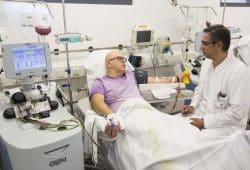 Während seiner Spende wird Jens Reinicke (li.) von Dr. Atheer Al-Nakkash vom Institut für Transfusionsmedizin betreut. Foto: Stefan Straube/UKL