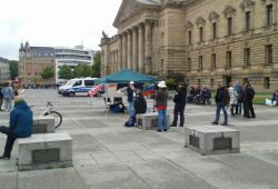 Im Vordergrund sind die Teilnehmenden der rechten Kundgebung zu sehen; im Hintergrund ist der Gegenprotest. Foto: René Loch