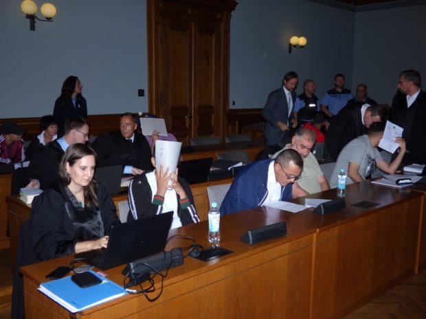 Blick zur Anklagebank mit den Angeklagten, Verteidigern und Dolmetschern. Foto: Lucas Böhme