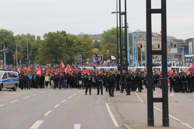 Ankunft an der Johanniskirche in Chemnitz. Parallel wereden Kreuzungen besetzt. Foto: Michael Freitag
