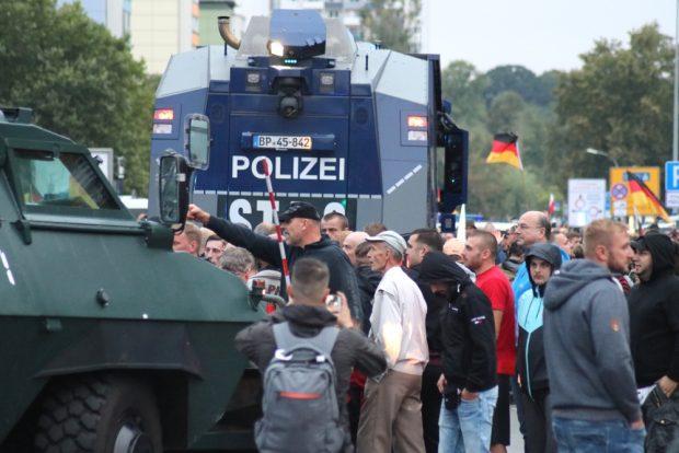 Seit dem 26. August eskalierte die Stimmung in rechtsradikalen Kreisen um Chemnitz. Bei der Pegida/Pro Chemnitz & AfD-Demo versuchte man am 1. September 2018 Räumpanzer zu besetzen, anschließend kam es zu Auseinandersetzungen mit der Polizei. Foto: L-IZ.de