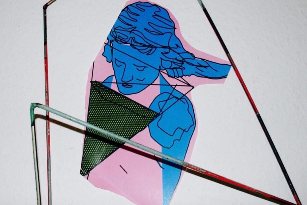 Nori Blume, Armer Junge, 2018, C-Print mit Stahlrohren. Foto: Nori Blume