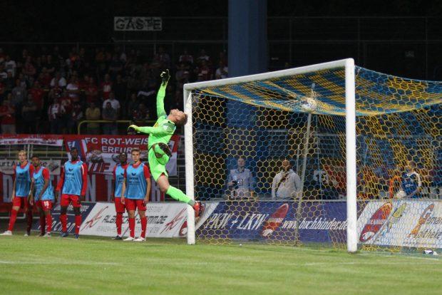 Der Freistoß von Maik Salewski schlug zum 1:1-Endstand hinter Erfurt-Keeper Lukas Cichos ein. Foto: Jan Kaefer