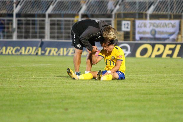 Lok-Trainer Heiko Scholz spendete dem verhinderten Torschützen Matthias Steinbaorn nach dem Abpfiff Trost. Foto: Jan Kaefer
