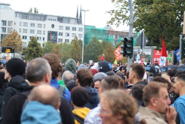 Das Gewimmel an der Blockade wird immer größer. Die Polizei entscheidet, hier nicht zu räumen. Foto: Michael Freitag