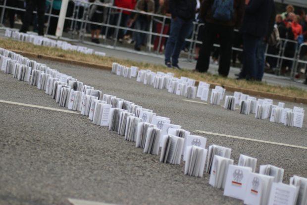 Das Grundgesetz auf der Straße zur Barrikade aufgebaut. Foto: L-IZ.de