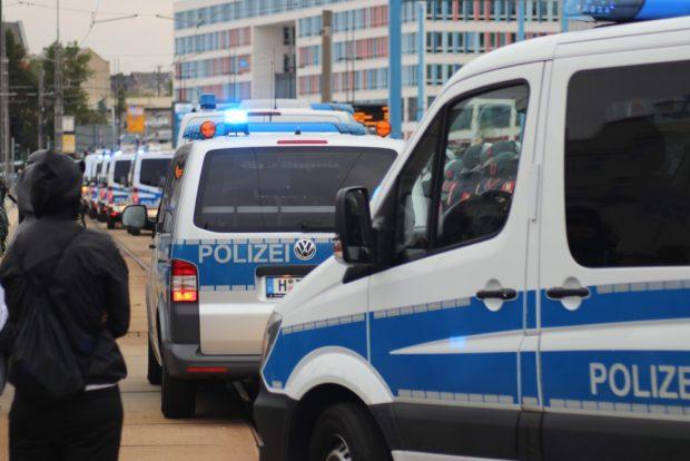 Die Hamburger Polizisten übernehmen die Absperrung ohne Räumung. Vielleicht einer der ersten klaren Polizeieinsätze in Chemnitz dieser Tage. Foto: Michael Freitag