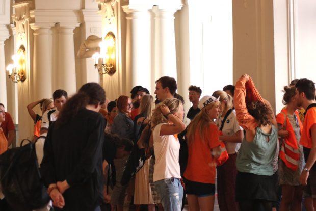 Die Seebrücke-Aktivisten in der oberen Wandelhalle. Foto: L-IZ.de