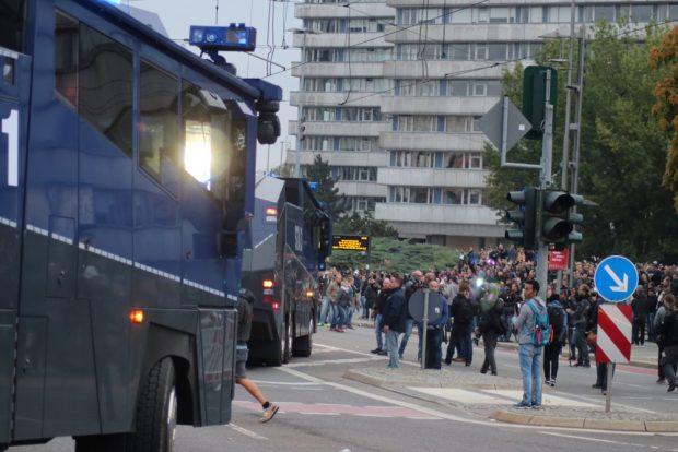 Die Wasserwerfer fahren bei der Rechten-Demo vor. Foto: L-IZ.de