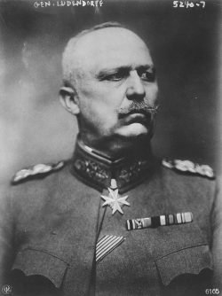 Einer der Hauptväter der Dolchstoßlegende direkt nach em ersten WK. General Erich Ludendorff Foto Alexander Binder, gemeinfrei