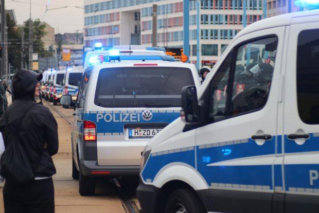 Enormes Polizeiaufgebot und dennoch gelang kurzzzeitig ein Durchbruch auf der rechten Seite. Foto: L-IZ.de