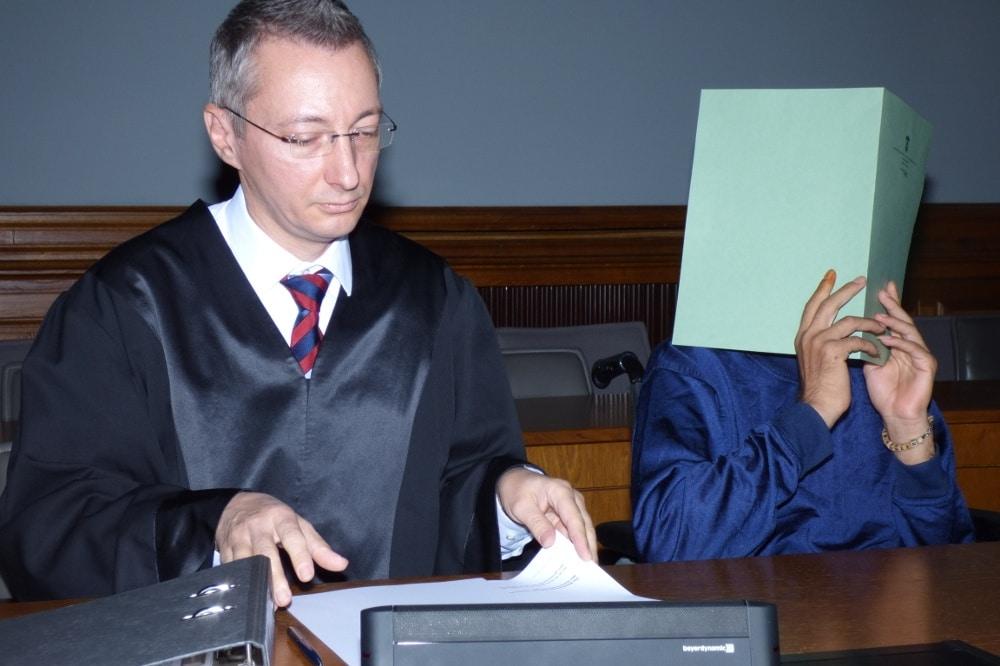 Verbirgt aus Scham sein Gesicht: Ghassan T. (r.) mit Strafverteidiger Stefan Wirth. Foto: Lucas Böhme