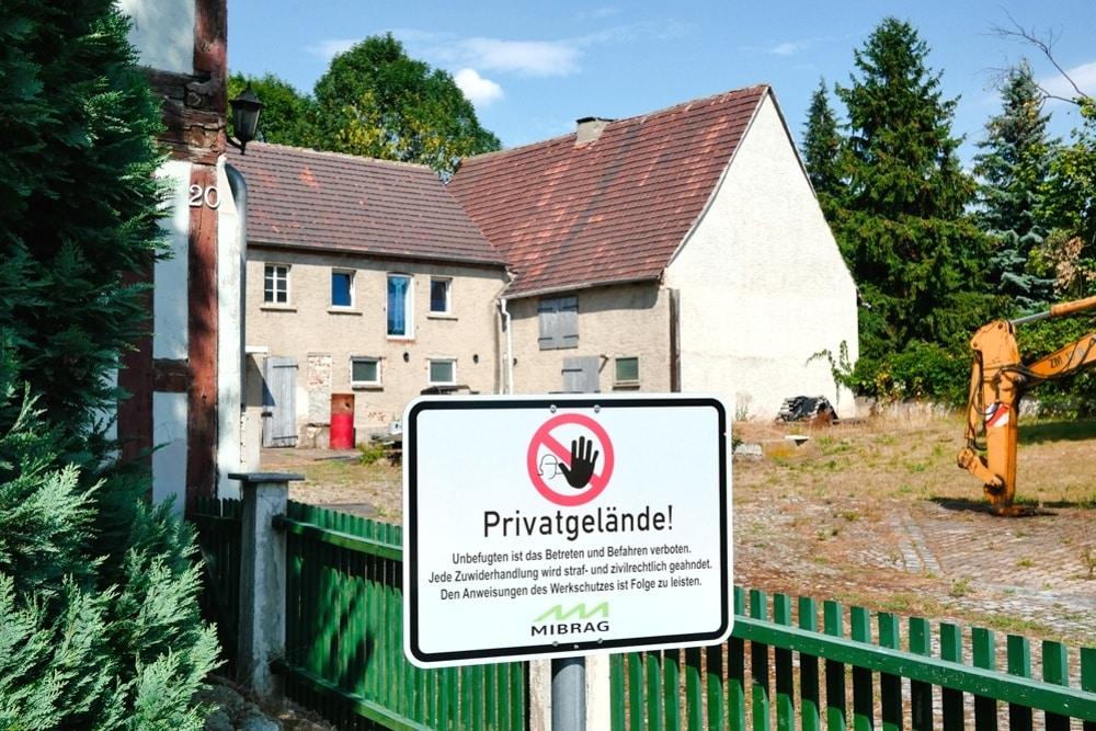 Die gekauften Grundstücke in Pödelwitz verfallen einfach. Foto: Luca Kunze