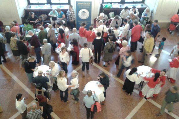 """Der """"Markt der Köstlichkeiten"""" im Anschluss an die offizielle Eröffnung. Foto: René Loch"""