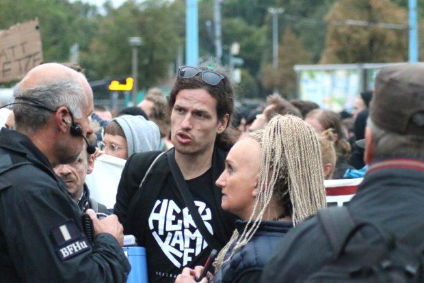 Jürgen Kasek (Grüne) und Irena Rudolph-Kokot (SPD) besprechen die Abreise der Leipziger via Zug mit der Polizei. Foto: L-IZ.de
