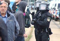 Hat noch einige Fragen zum Justizapparat Sachsens, Klaus Bartl (MdL, Die Linke) auf der Gegendemo am 1. September 2018 in Chemnitz. Foto: L-IZ.de
