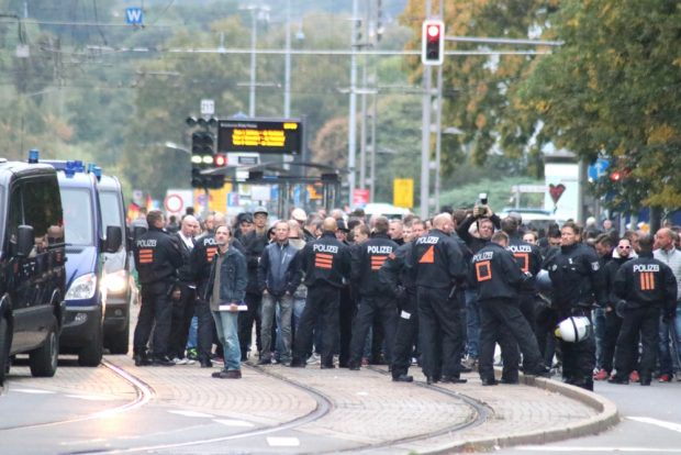 """Kurze Zeit zuvor es noch, als ob die Rechten doch laufen können. Dann ist rasch Schluss und alles endet in einer Kundgebung am """"Nischel"""". Foto: L-IZ.de"""
