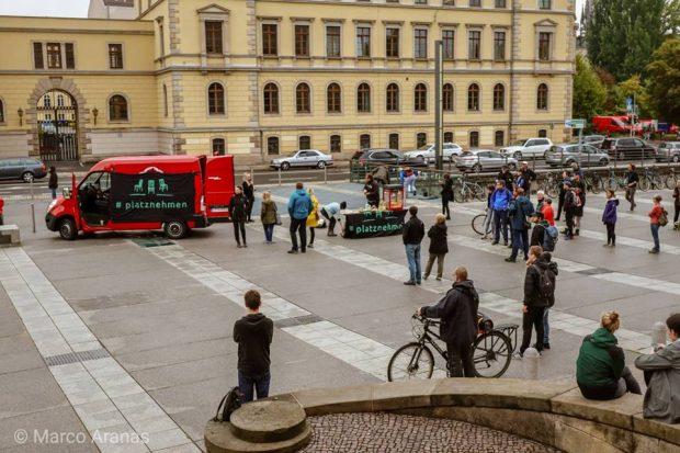 """Gegenprotest von """"Leipzig nimmt Platz"""" am 2. September 2018 auf dem Simsonplatz. Foto: Marco Aranas"""