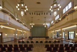 Die Versteigerung des Fundbüros findet im Großen Lindensaal des Rathauses statt. Foto: punktum Peter Franke