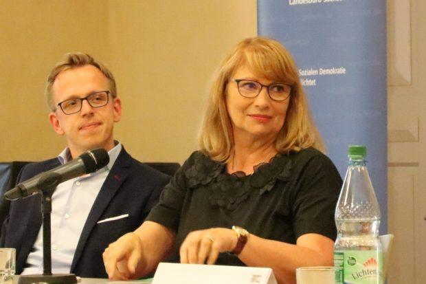 Petra Köpping (SPD) und Dr. Marcus Böick bei einer Debatte um die Wendezeit Anfang 2018 in Grimma. Foto: Michael Freitag