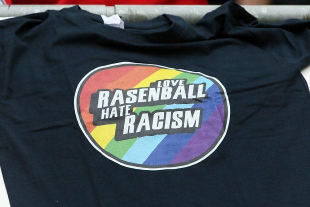Die Rasenballisten verkauften T-Shirts vor dem Stadion. Foto: GEPA Pictures