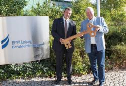 Schlüsselübergabe vom scheidenden Geschäftsführer Alois Fischer (rechts) an seinen Nachfolger Jörg Beenken, der ab 1. Oktober die Geschäfte des BFW Leipzig führen wird. © M. Lindner, BFW Leipzig