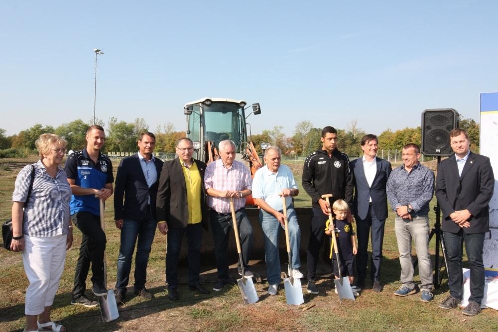 Der Bau kann beginnen - Spatenstich für den neuen Lok-Kunstrasen. Foto: 1. FC Lok