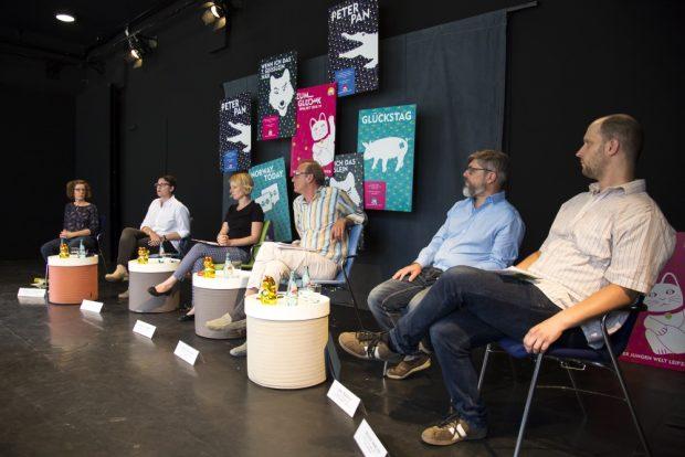 Auf dem Podium (von links nach rechts) Birgit Lindermayr, Winnie Karnofka, Lydia Schubert, Jürgen Zielinski, Jörn Kalbitz und Roland Bedrich. Foto: Sebastian Schimmel