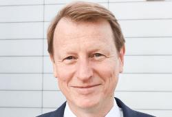 VNG-CEO Ulf Heitmüller vor dem Konzernsitz in Leipzig (© VNG AG/ Eric Kemnitz)