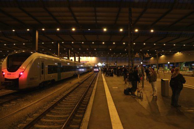 Warten auf die Züge bei der Abreise, während der Bahnsteig immer voller wird und draußen noch weit mehr warten. Foto: Michael Freitag