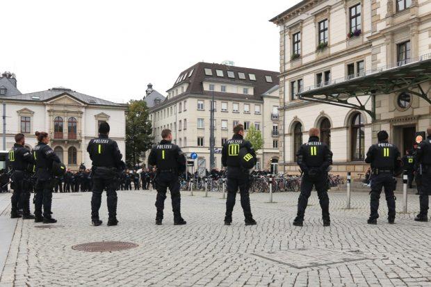 Zum Schutz und zur Begleitung aufgestellt - weitere Beamten am Bahnhof Chemnitz. Foto: Michael Freitag