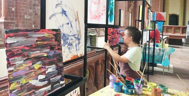 Anita bei der Vorbereitung der Ausstellung in der Heilandskirche. Foto: Christin Schutta