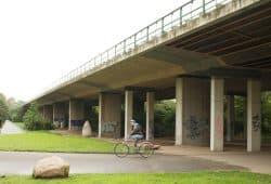 Auch reif für den Neubau: B2-Brücke im Agra-Park. Foto: Ralf Julke