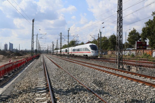 ICE auf neuem Gleis im Hauptbahnhof-Vorfeld. Foto: DB