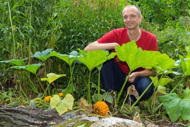 Dr. Martin Freiberg auf dem Liebespfad im Botanischen Garten. Foto: Swen Reichhold/ Universität Leipzig