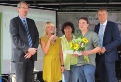 von links nach rechts: MdL Volker Tiefensee, Mareen Hielscher (LPV), Veronika Leißner, Gewinner Lars Thieme und Nordsachsens Landrat Kai Emanuel. Foto: LPV