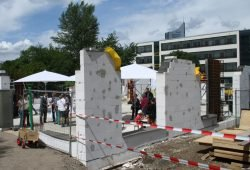 Klassisch Stein auf Stein - hier bei einem Kita-Bau der LWB. Foto: Ralf Julke