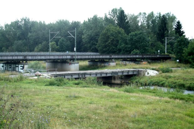 Die alte Müllbergbrücke gleich neben der Eisenbahnüberführung. Foto: Ralf Julke
