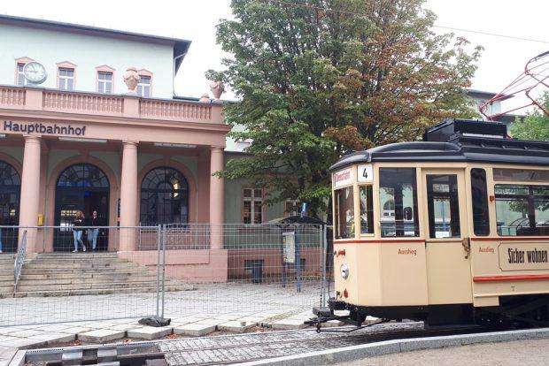 Probefahrt vor dem Naumburger Hauptbahnhof. Foto: Naumburger Straßenbahn GmbH