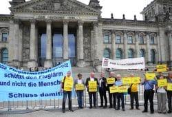 """Protest am 12. September vor dem Reichtagsgebäude. Foto: Bürgerinitiative """"Gegen die neue Flugroute"""""""