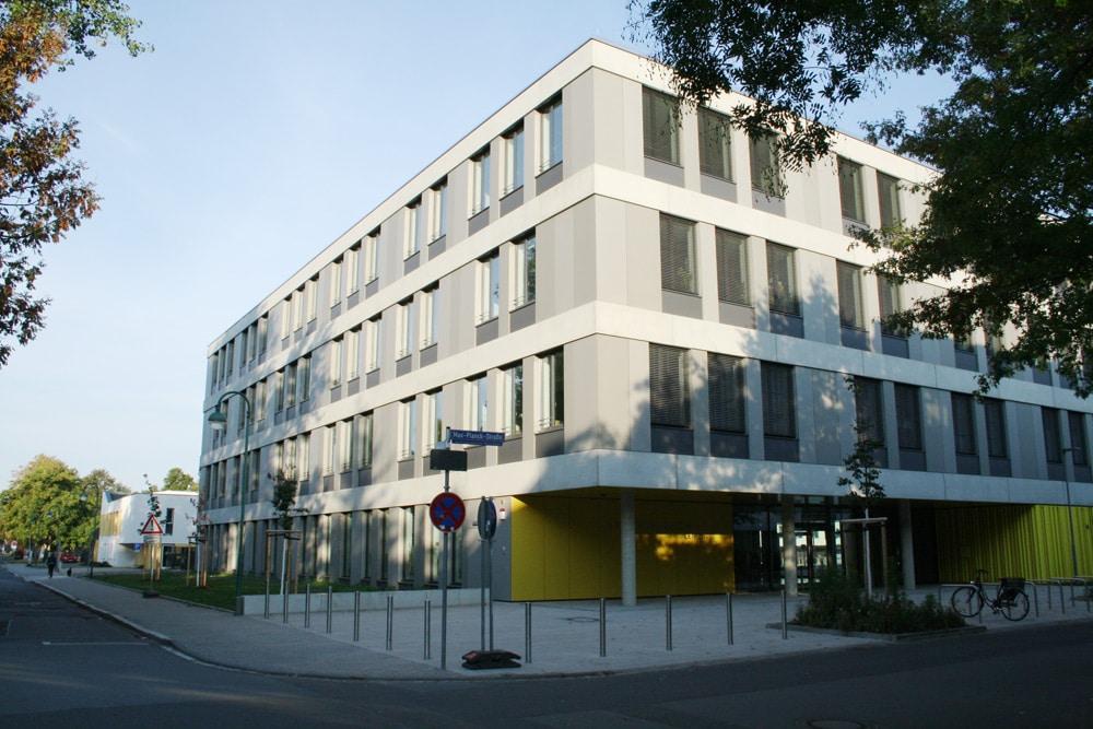 Zum Glück jetzt fertig: die Sportoberschule in der GoyastraßZum Glück jetzt fertig: die Sportoberschule in der Goyastraße. Foto: Ralf Julkee. Foto: Ralf Julke