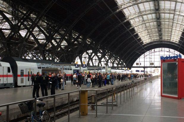 Leipzig Hauptbahnhof – 14:20 Uhr, nachdem der restlos überfüllte Regionalzug abgefahren ist. Nun heißt es auf den nächsten warten. Foto: Michael Freitag